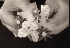 Lavorazione manuale: bomboniera realizzata con anice stellato, filigrana, perle, fiori di tessuto